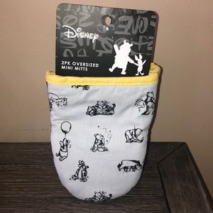 Disney Winnie the Pooh set of 2 oven mitts
